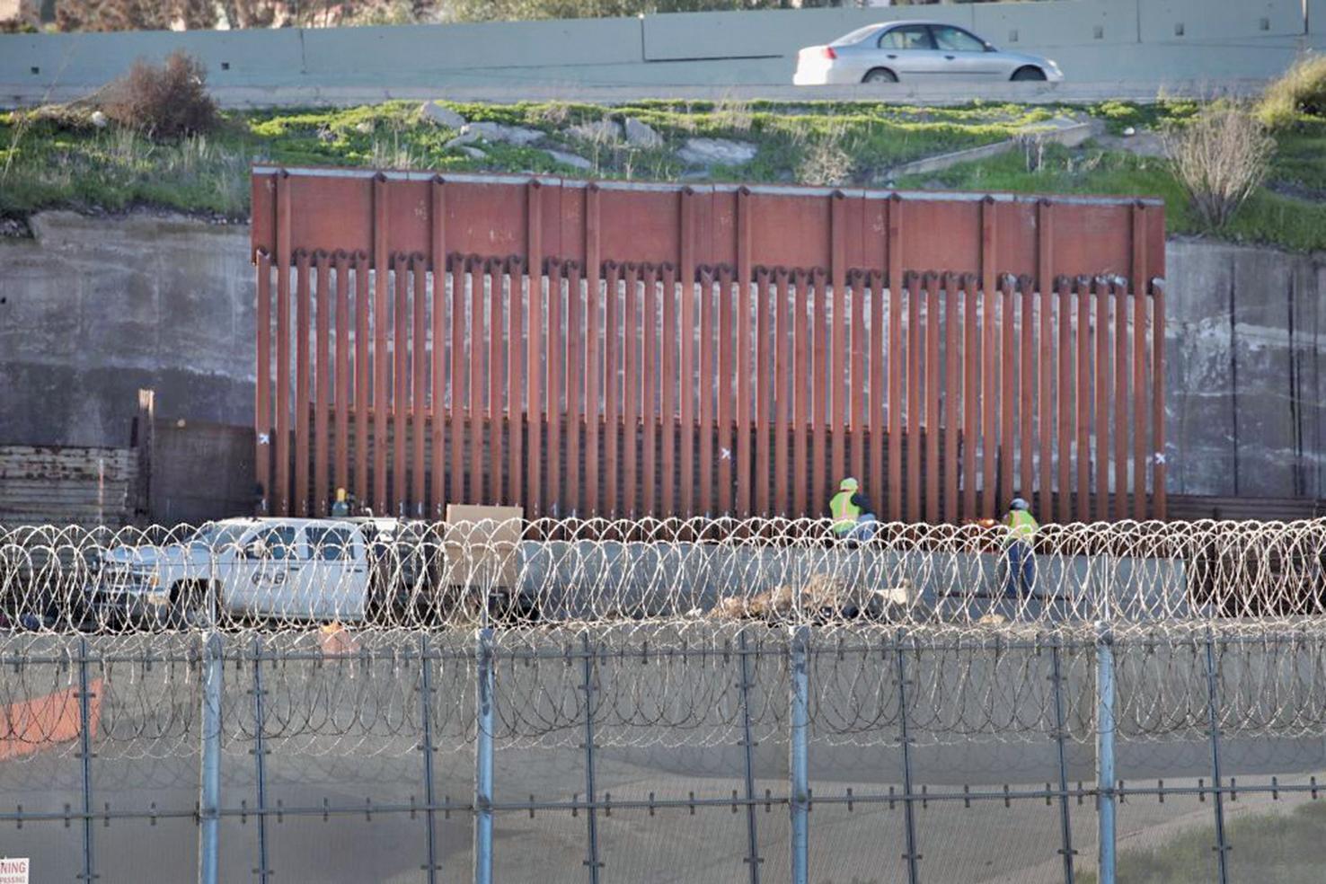 圖為2019年1月23日,加州聖地牙哥在與墨西哥建立的圍牆。(Getty Images)