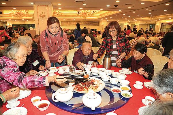 一年一度的「耆老千歲宴」在年初七(人日)舉行,為區內長者賀壽。(陳仲明/大紀元)