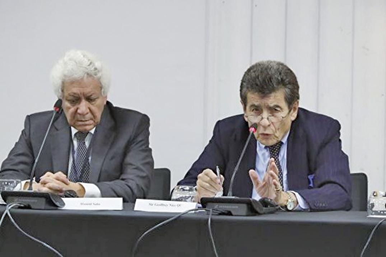2018年12月英國倫敦「獨立人民法庭」法律顧問Hamid Sabi(左)和法庭主席尼斯爵士(Sir Geoffrey Nice QC)就「中共活體摘取器官」宣佈臨時判決草案。(Justin Palmer/大紀元)