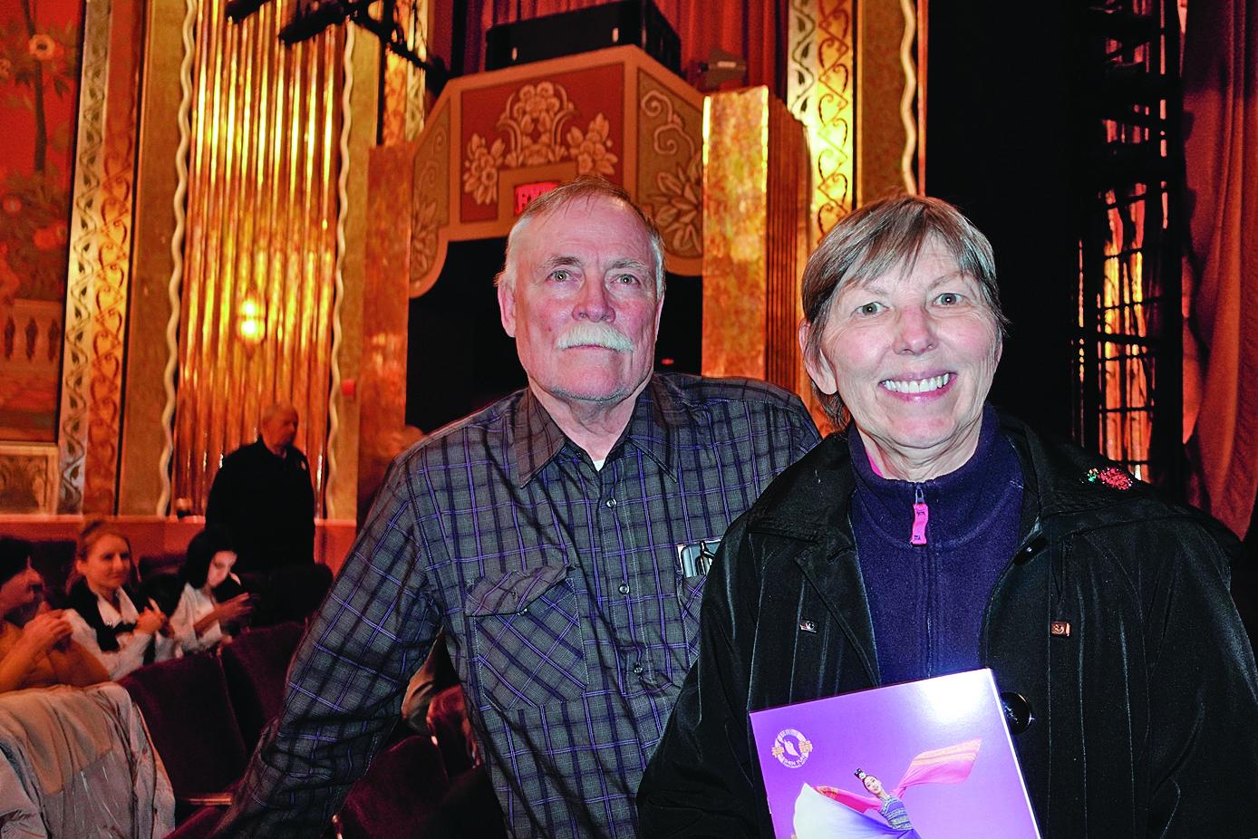 西密歇根大學表演藝術學院榮譽院長梅瑞恩女士和丈夫對神韻演出大加讚賞。(萬樂瑞/大紀元)