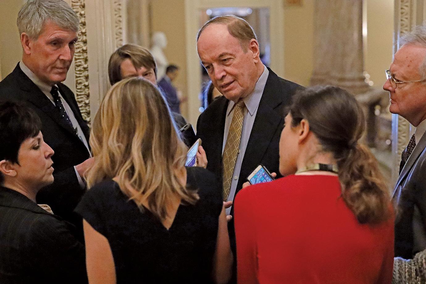 參議院撥款委員會主席謝爾比(Richard Shelby,中)表示兩黨最終達成協議的可能性有50%。(Getty Images)