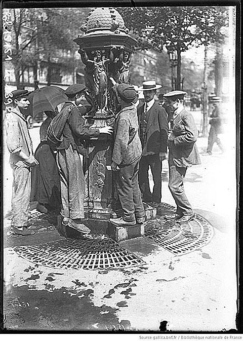 人們圍繞在華萊士噴泉取水飲用。AgenceRol攝影作品,1911年。(法國國家圖書館藏)