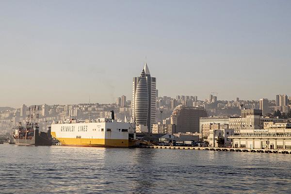 由於美國及本國安全官員的警告,以色列加緊成立跨部門外資監管機構,加強審查中國企業對以色列科技產業的投資,以杜絕威脅國家安全的中資。圖為以色列海法港。(AFP)