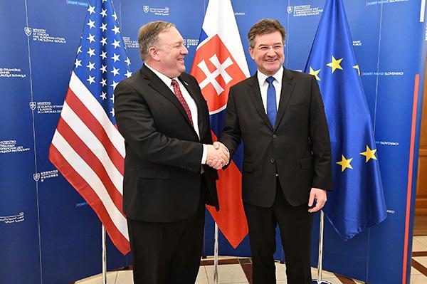 美國國務卿蓬佩奧(Mike Pompeo)日前正在進行他的歐洲五國訪問,斯洛伐克是他的第二站。圖為蓬佩奧與斯洛伐克外交部長Miroslav Lajcak會面。(AFP)