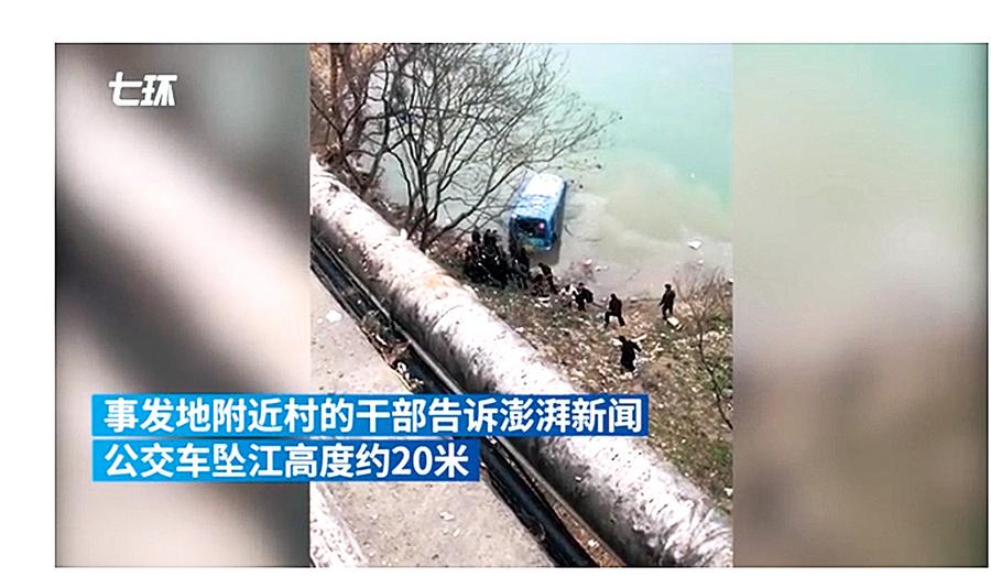 陝西巴士墜江 司機和一乘客兩人亡