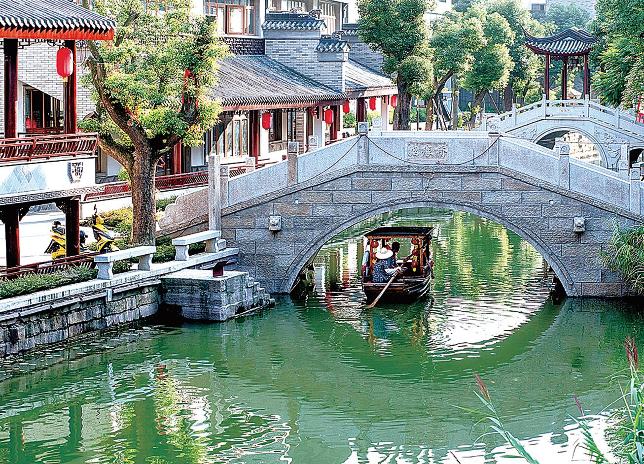 四川成都花20億元打造的仿古小鎮龍潭水鄉,如今成了一座空蕩蕩的「鬼」城。圖為龍潭水鄉在2013年剛剛開業時的景象。(大紀元資料室)