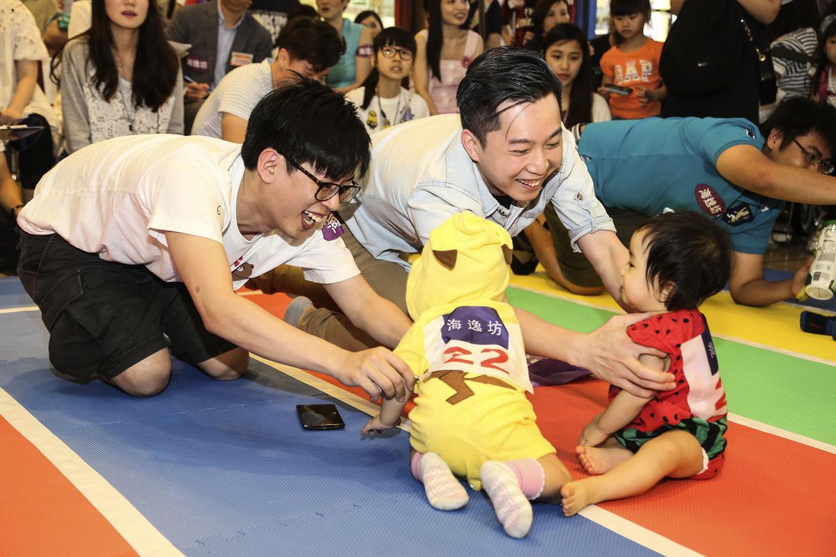 有商場昨日舉行「精叻BB父親節爬行比賽」,吸引新手爸爸帶上趣緻可愛的子女參賽。(余鋼/大紀元)