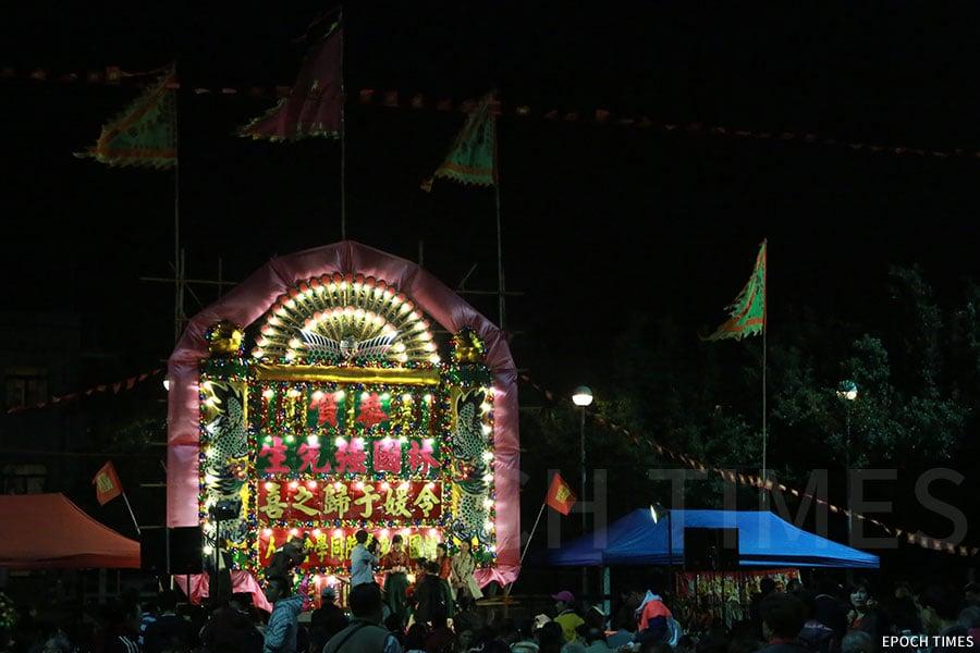 新界圍村婚宴訂造的花牌,把傳統的紅布換成粉紅色布幅,充滿了喜慶意味,在婚禮場上更添浪漫與溫馨。(陳仲明/大紀元)