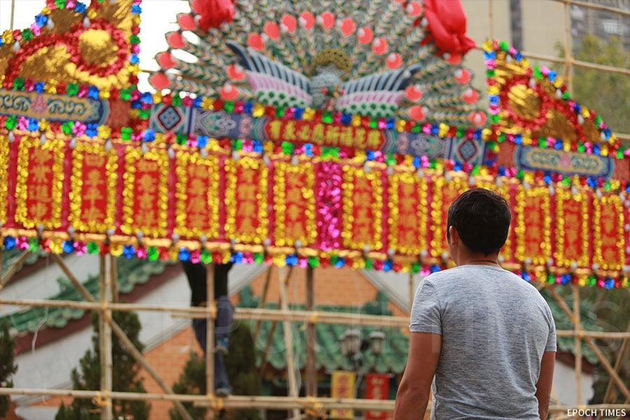 蔡榮基師傅對花牌製作以至裝嵌的每一個細節均一絲不苟。(陳仲明/大紀元)