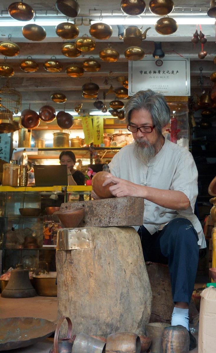 3個場地綵燈會示範傳統手工藝,包括西關打銅工藝。(政府新聞處提供)