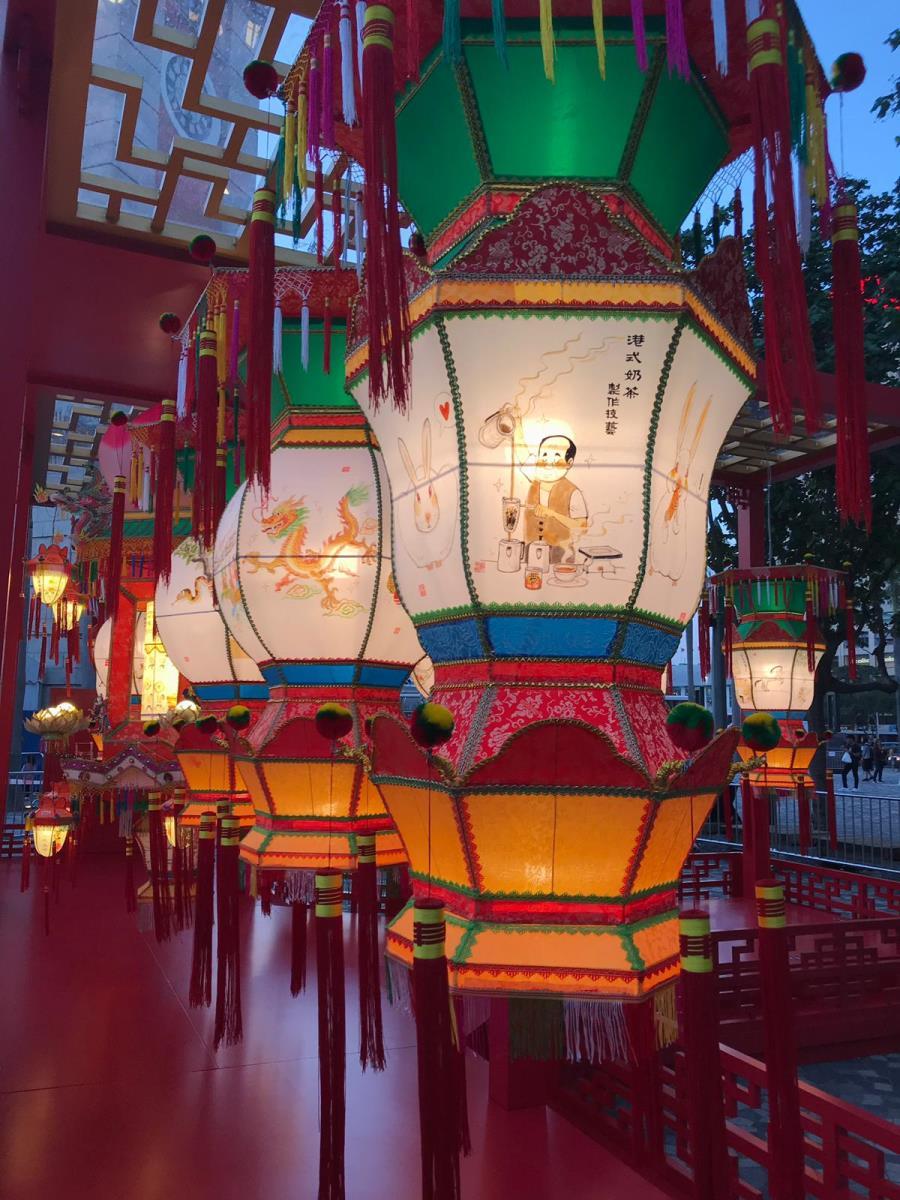 由非物質文化遺產辦事處策劃的傳統紮作技藝展示,今日起至19日在香港文化中心露天廣場舉行,展出由本地師傅紮作的宮燈和走馬燈。(政府新聞處提供)