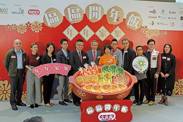 大家樂(00341)行政總裁羅德承(左七)。(江夏/大紀元)