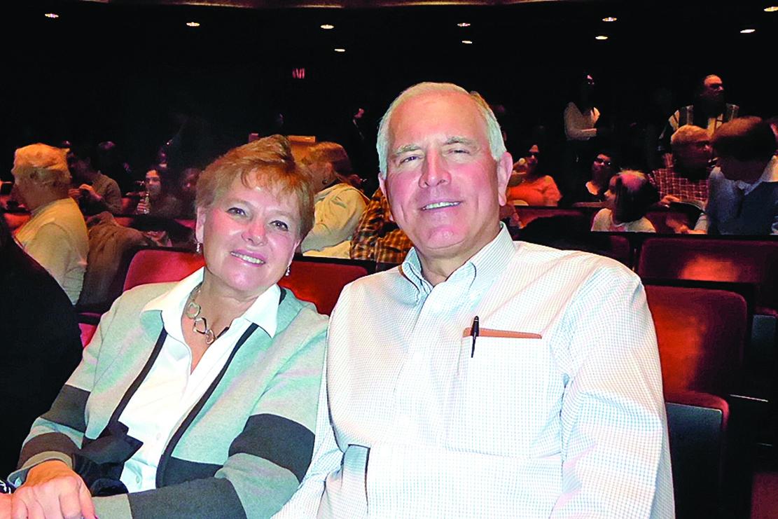 新澤西州RSI銀行總裁偕妻子一同觀看了神韻演出。(良克霖/大紀元)