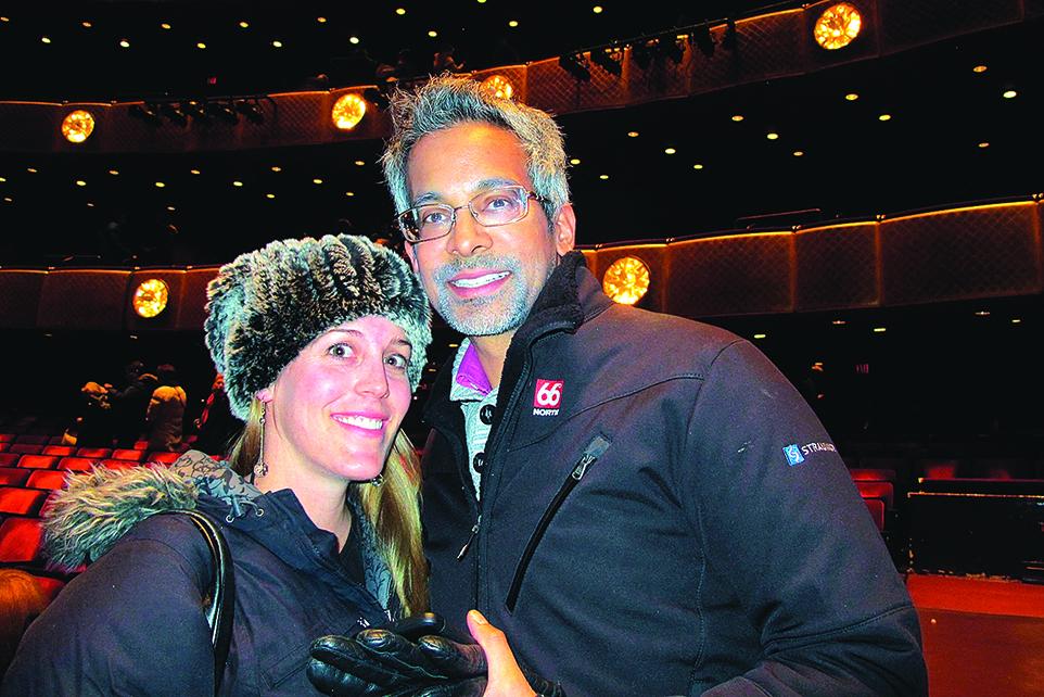 華爾街投資公司創始人甘蒂與妻子在神韻演出現場接受採訪。(麥蕾/大紀元)
