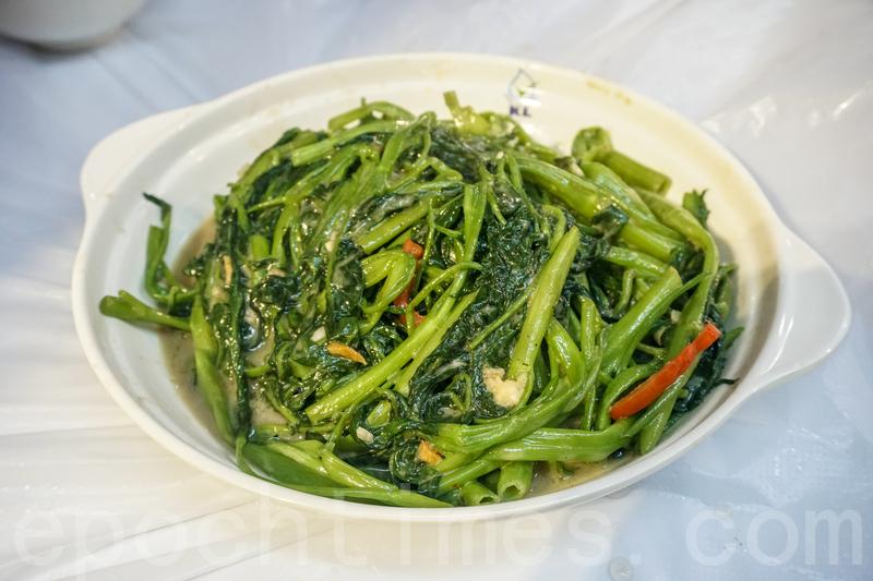 椒絲腐乳通菜有很濃的腐乳香,菜的份量也夠多。