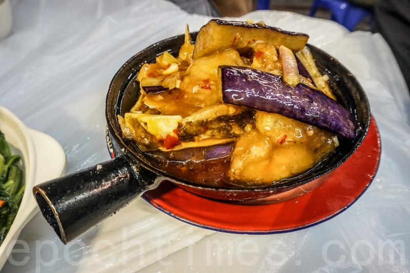 茄子魚雲煲用傳統鐵煲,非常保溫,魚雲很新鮮也帶少少脆口。