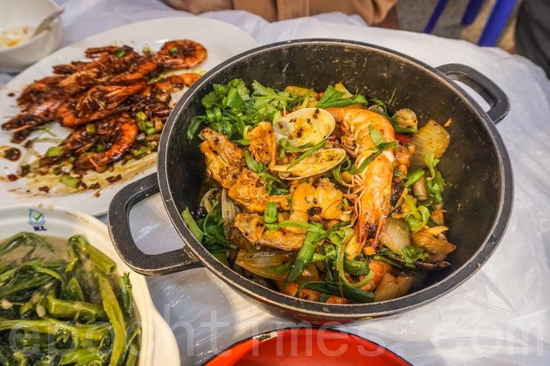 麻辣海鮮雞煲材料十足,裏面有蜆、斑片、鮮魷、大蝦和雞。