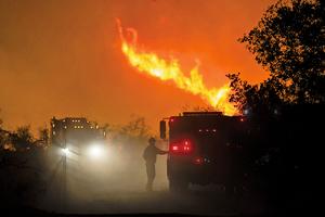 滾滾熱浪加劇加州大火