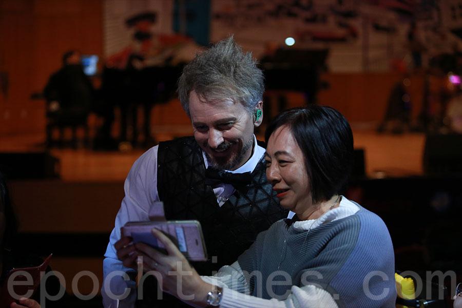 河國榮走到台下與現場觀眾握手,有歌迷邀請他一起自拍。(陳仲明/大紀元)