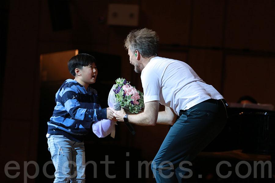 小歌迷到台上向河國榮送上花束。(陳仲明/大紀元)