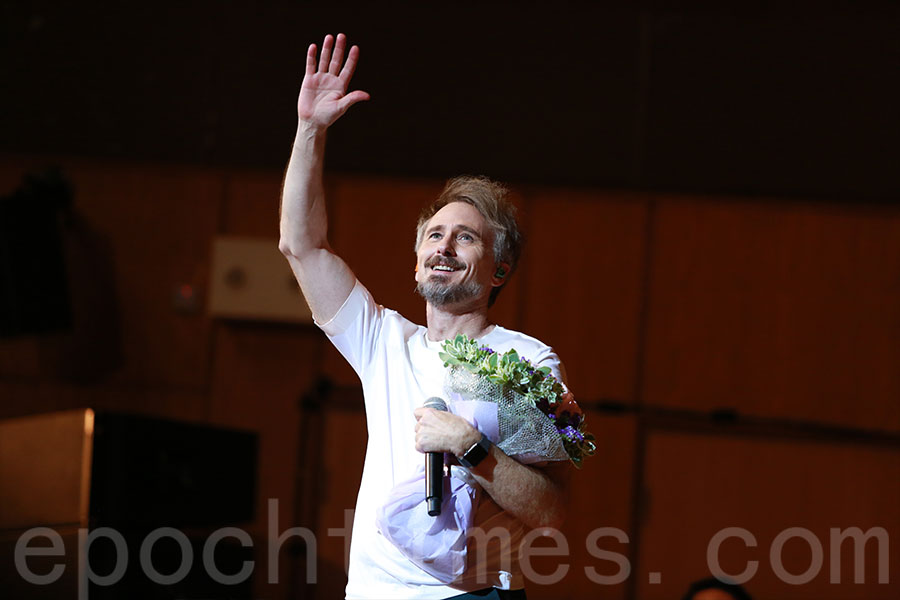 河國榮答謝出席演唱會的觀眾。(陳仲明/大紀元)