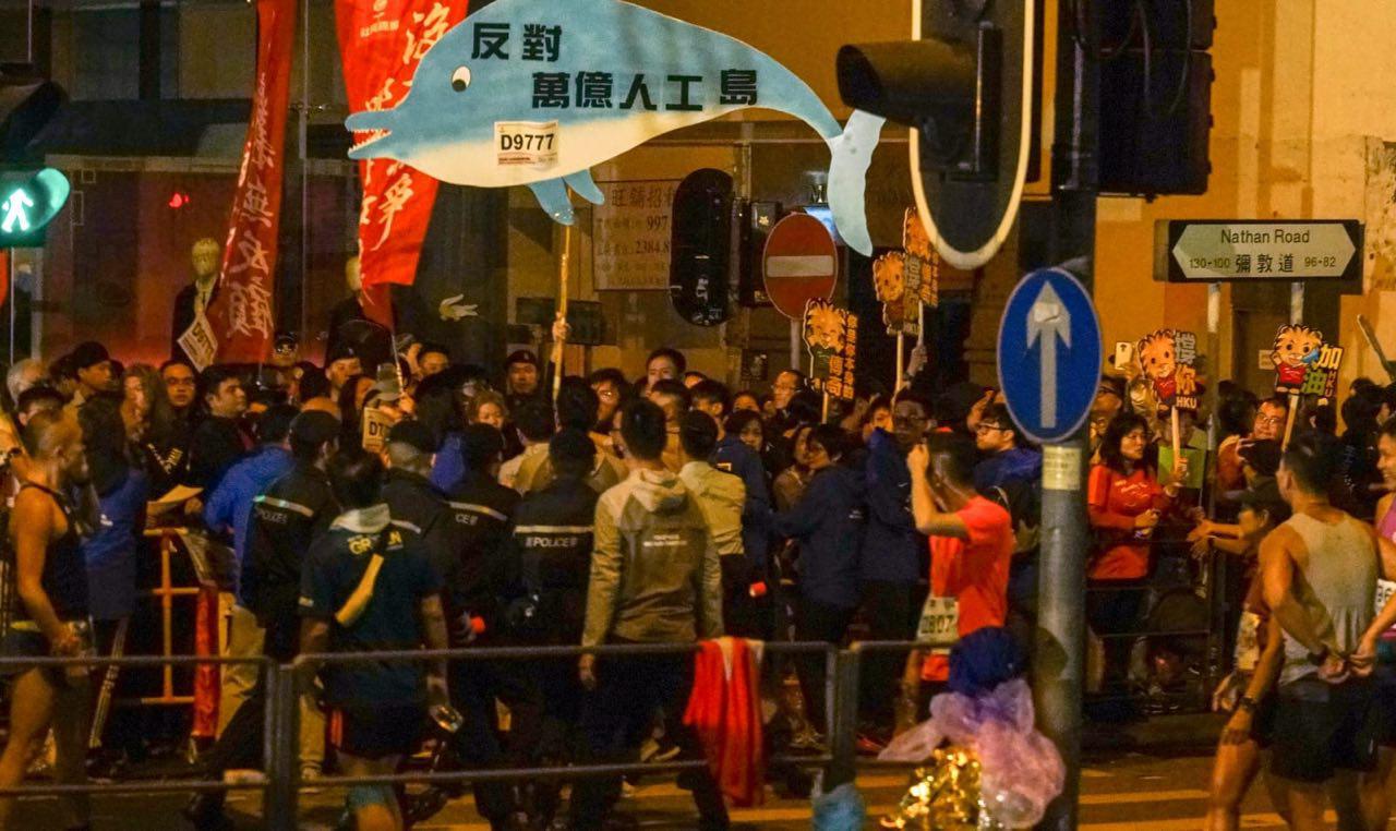 約十名社民連成員趁特首林鄭月娥主持馬拉松全馬賽事起跑,到場抗議,要求林鄭下台。(社民連提供)
