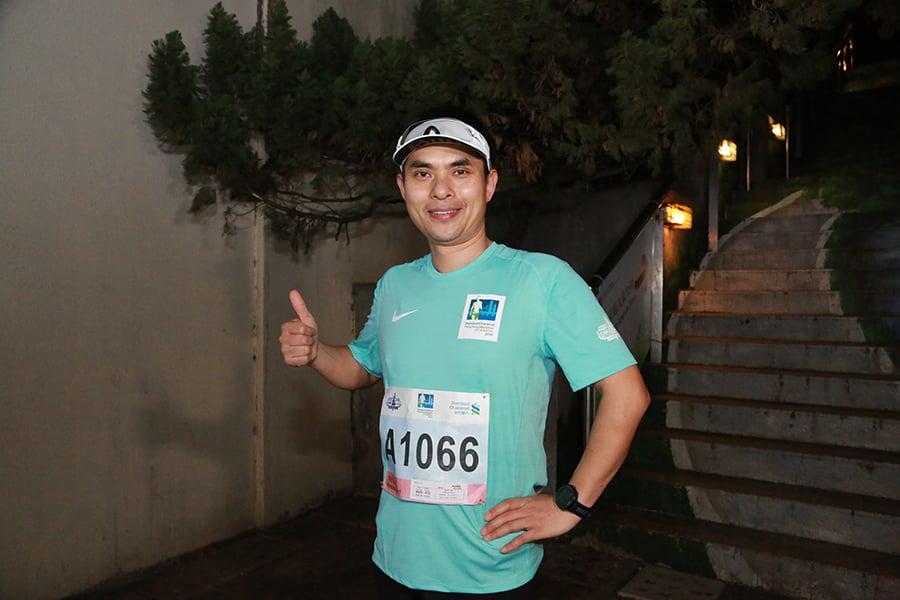 來自北京的趙先生稱,香港的坡比較多,不太好跑,所以目標只是順利完賽。(陳仲明/大紀元)