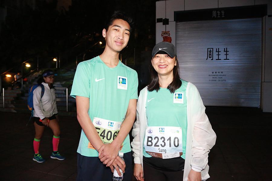 來自美國舊金山的Leng(右)稱,她在很多地方都參加過馬拉松,而香港是世界一流的城市,所以今次來港參賽。(陳仲明/大紀元)