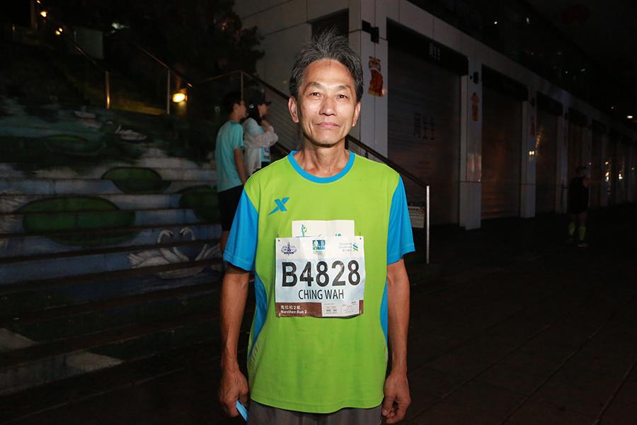 本地葉先生稱,從有渣馬以來已經參賽。他參加馬拉松最大的得益是使身體健康,自己雖然69歲,但也沒有「三高」。(陳仲明/大紀元)