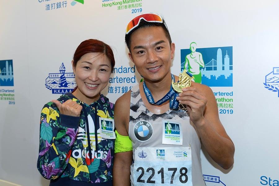 藝人胡諾言(右)參加全馬賽事,最終在3小時45分鐘04秒完成賽事,獲太太陳琪(左)在終點等候打氣。(宋碧龍/大紀元)