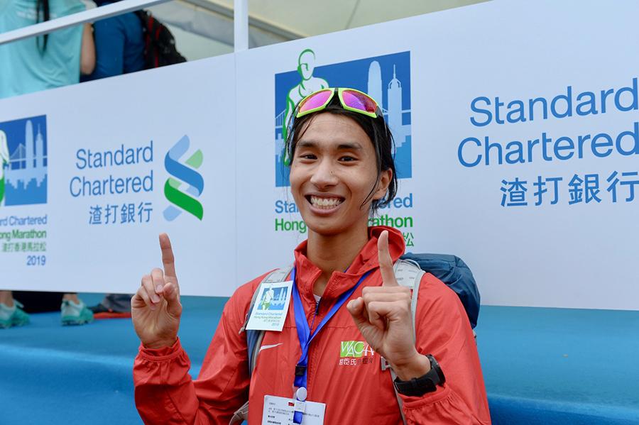 21歲中文大學學生周漢聶,以2小時25分57秒奪得本地全馬總冠軍。(宋碧龍/大紀元)