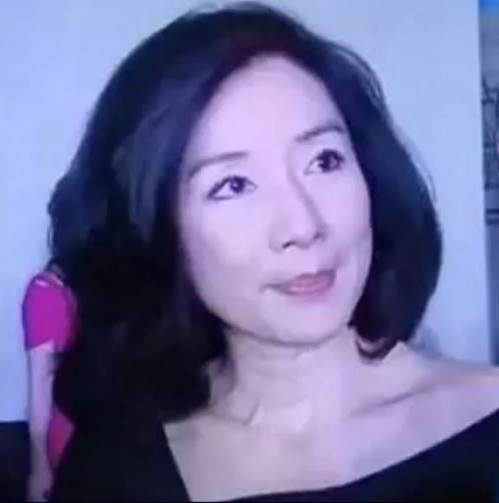 55歲的呂秀菱看起來風姿綽約,大氣成熟,退出娛樂圈多年,現在家庭幸福。(影片截圖)
