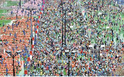 今年渣馬有64,700人落場參加,圖為維園終點站。(宋碧龍/大紀元)
