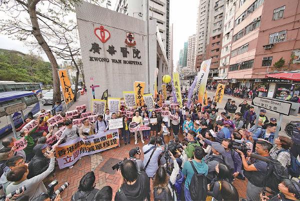 十多個民間團體和政黨昨日發起遊行,要求削單程證配額,舒緩醫護人員壓力,有過千人參加。(李逸/大紀元)