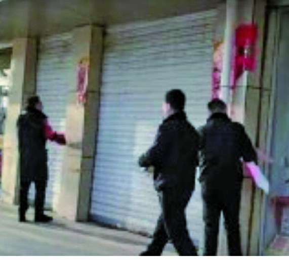 正月初七,內蒙古呼和浩特市城管沿街撕對聯。(網絡圖片)