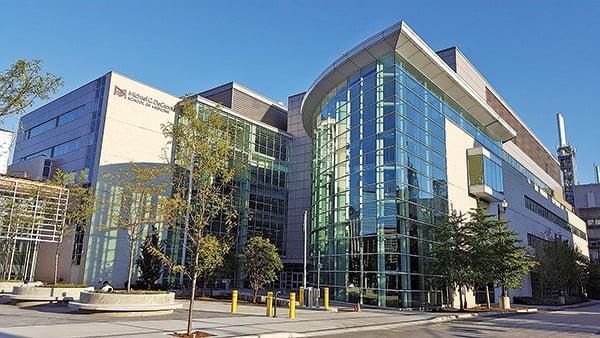 加拿大維吾爾大會前主席托度希女士在麥克馬斯特大學舉辦的新疆再教育營講座中發言,受到辱罵,並被錄影傳去中領館。校方表示,出於對學生受到監控的擔心,正在展開調查。(Captain108 /維基百科)