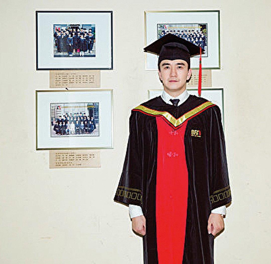 2018年6月29日,北京,翟天臨身著博士服拍畢業照。(大紀元資料室)
