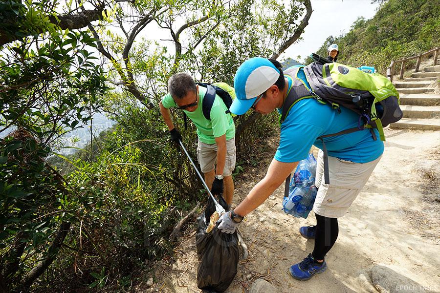 「清徑先鋒」的義工不分年齡和階層,齊齊身體力行參與行山執垃圾。(曾蓮/大紀元)