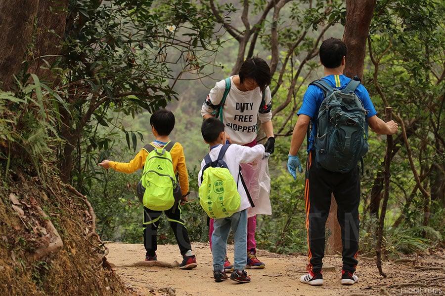 家長與小孩一起參與「清徑先鋒」行動,齊齊身體力行行山執垃圾。(陳仲明/大紀元)