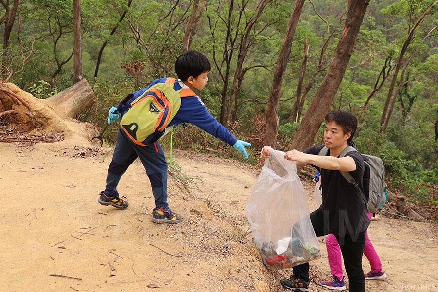 小朋友成為「清徑先鋒」義工,齊齊參與行山執垃圾。(陳仲明/大紀元)