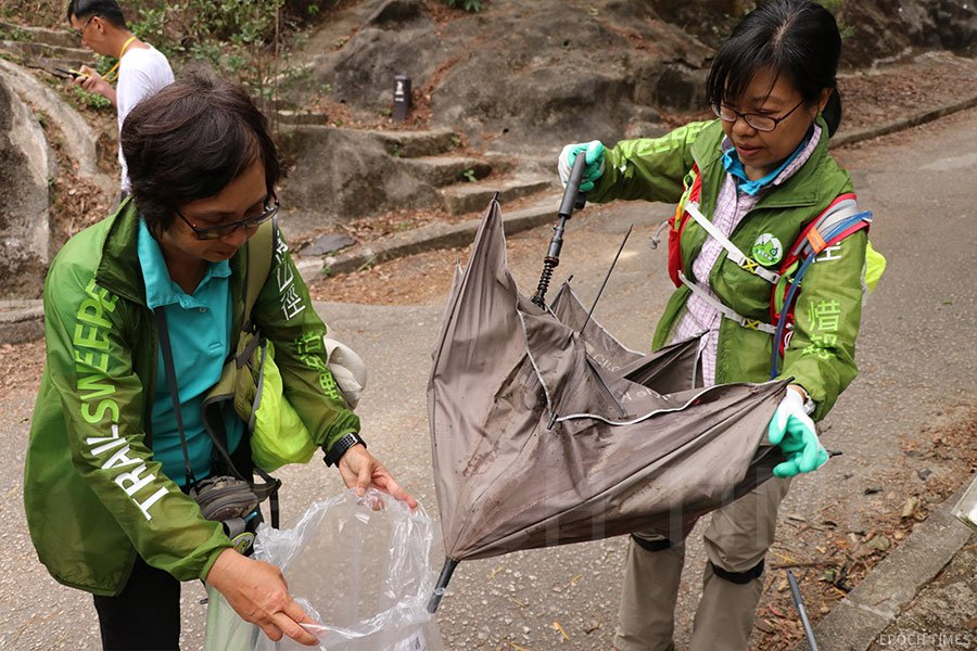 「清徑先鋒」義工常常在清潔郊野時執到各式各樣的垃圾。(陳仲明/大紀元)