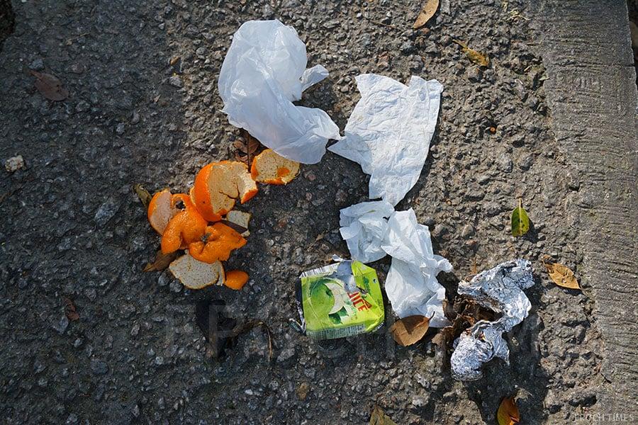 「清徑」隊員在清理山徑過程中的常見的四種垃圾:紙巾、果皮、紙包飲品盒、錫紙。(曾蓮/大紀元)