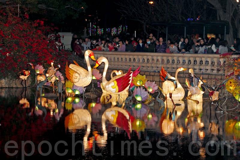 香港元宵節花燈富中國傳統色彩,充滿喜氣洋洋的新年氣氛,吸引很多市民觀賞。(大紀元資料圖片)