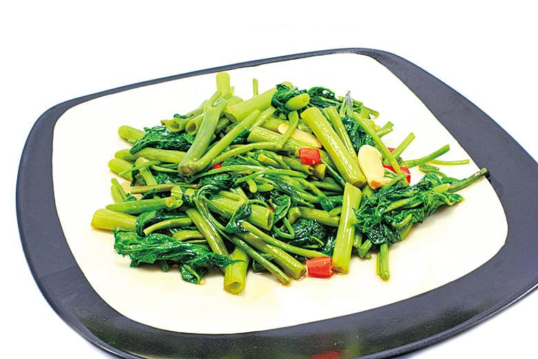 聚餐時多挑選蔬菜吃,避免攝取過多油脂。