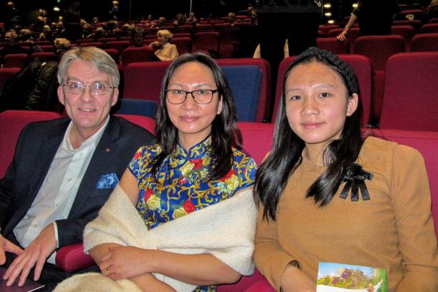 丹麥華裔藍女士和丈夫特意帶著女兒關看神韻演出。(麥蕾/大紀元)