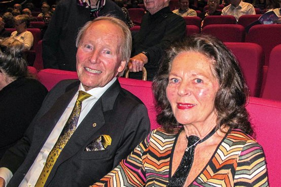 國際扶輪社資深成員、曾擔任瑞典商會主席的霍蘭德先生和妻子稱神韻演出「歎為觀止」。(麥蕾/大紀元)