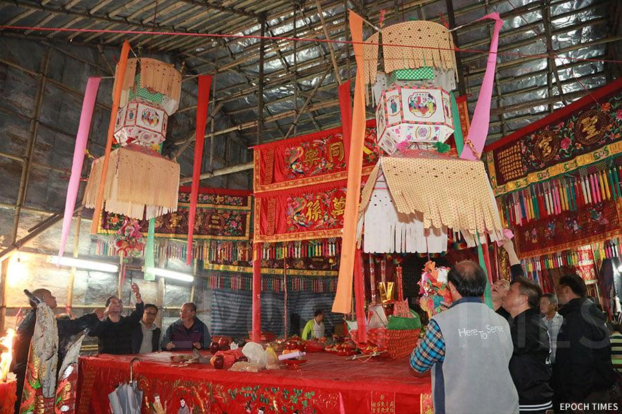 粉嶺圍每年均按照傳統在神棚內舉行點燈儀式。(陳仲明/大紀元)