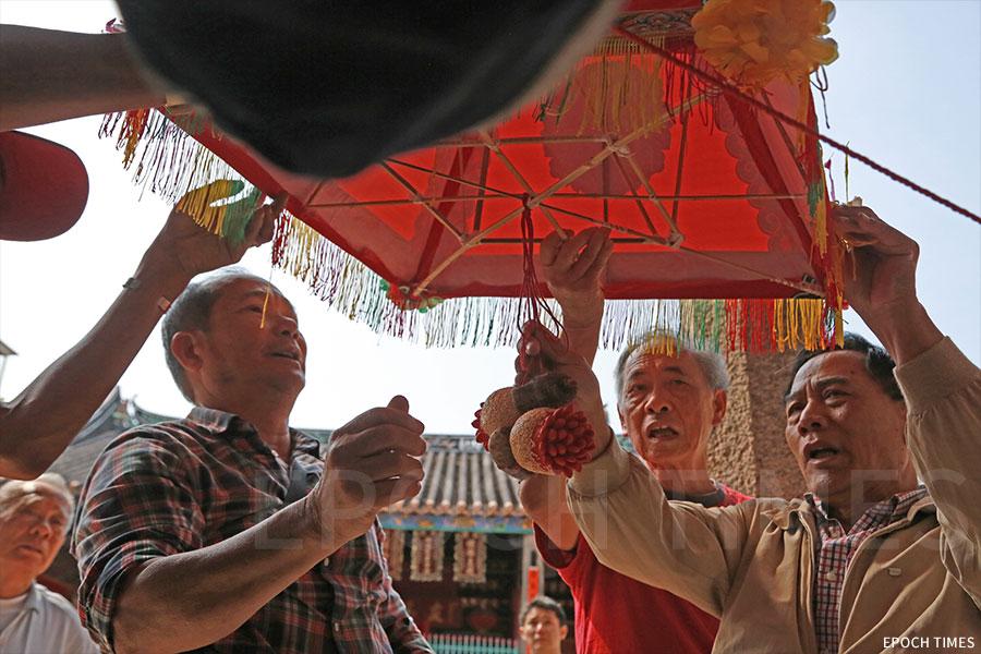 鄧氏族人準備將花燈升起。(陳仲明/大紀元)