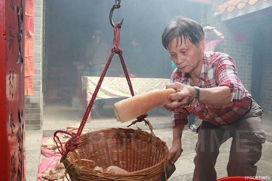 元朗「東頭約」的各村村民,會在所屬村落「點燈」前後,聚集於元朗黃屋村內的東頭約大王廟進行「分丁肉」。(陳仲明/大紀元)