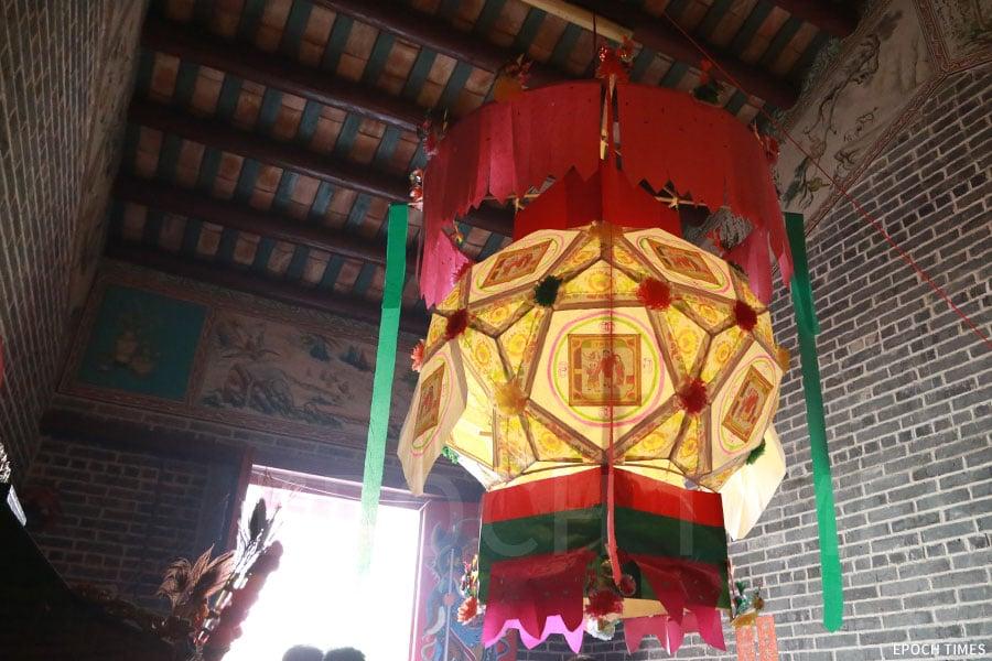 元朗馬田村祠堂內掛起八角形大花燈。(陳仲明/大紀元)